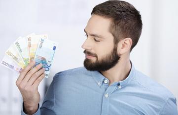 homme comptant son argent